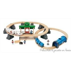 Ce circuit connexion Train & Métro de la marque de train Brio comprend 41 pièces de jouets fabriqués en bois.