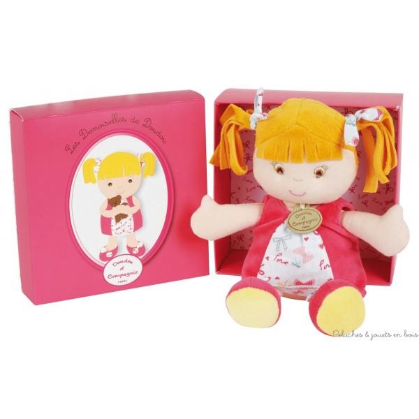 Une ravissante Demoiselle de Doudou rose, souple et douce associée a une jolie boite rose décorée. Cette demoiselle est idéale pour les petites mains dès la naissance. Dimensions 26 cm. Normes CE. Conditionnement : Boîte Cadeau