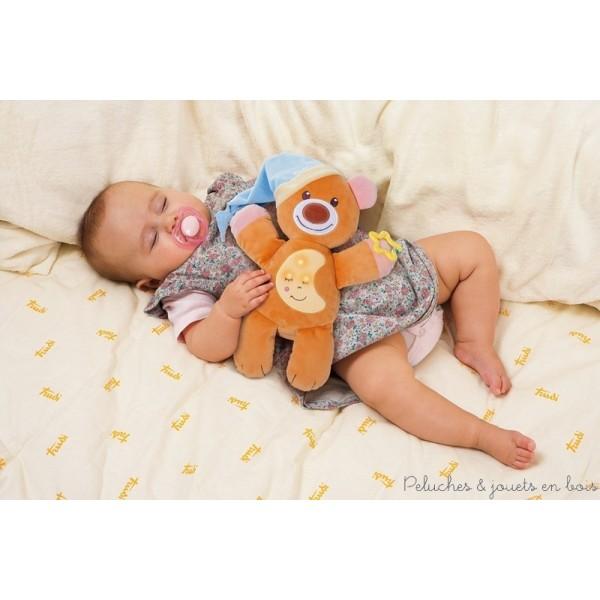 Cette ravissante peluche musicale et lumineuse dodo ours est un ami tendre et affectueux pour bercer bébé dans le monde des rêves. Il suffit d'appuyer sur son ventre et le mécanisme camouflé à l'intérieur se déclenche avec une agréable mélodie. Une berceuse apaisante et des lumières ténues se diffuseront. C'est un article parfait pour réconforter bébé: il est aussi doté d'un anneau de dentition et d'une capuche moelleuse qui sert de doudou. Lorsque le dispositif musical est retiré, la peluche peut être lavée en machine à 30° Livré avec sa boite Trudi