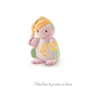 Cette ravissante peluche lumineuse et musicale dodo tortue est une ami tendre et affectueuse pour bercer bébé dans le monde des rêves. Il suffit d'appuyer sur son ventre et le mécanisme camouflé à l'intérieur se déclenche avec une agréable mélodie. Une berceuse apaisante et des lumières ténues se diffuseront. C'est un article parfait pour réconforter bébé: il est aussi doté d'un anneau de dentition et d'une capuche moelleuse qui sert de doudou. Lorsque le dispositif musical est retiré, la peluche peut être lavée en machine à 30° Livré avec sa boite Trudi