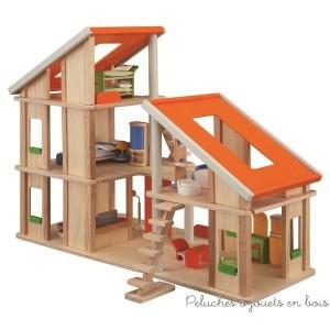 Cette Maison maison de poupée en bois est un joli chalet entièrement meublé de la marque bio-eco-responsable Plan Toys. A partir de 3+