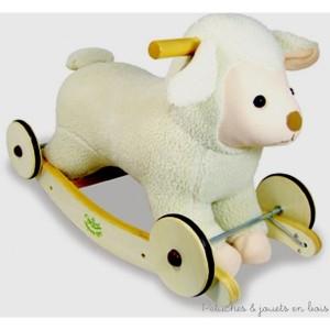 Un mouton à bascule et à roulette en laine toute douce et avec son petit grelot sous le cou. Bascule et roues en bois massif. Bandage caoutchouc pour ne pas faire de bruit. Un compagnon inoubliable pour faire de belles balades ! Jouet À assembler par le client Dimensions du produit : L = 58 cm