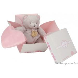 Cet Ourson Bonbon avec mouchoir rose est de la marque Doudou & Compagnie Dimensions : 20 cm. Idéal pour un cadeau de naissance.