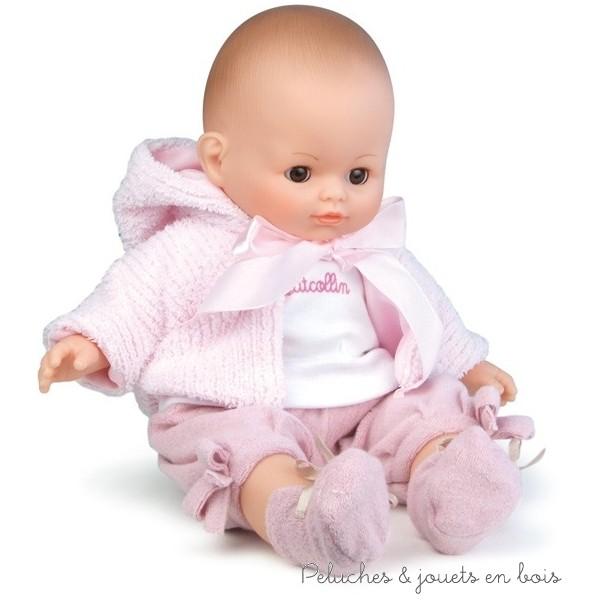 Mon bébé d'amour est un adorable bébé petit câlin de 36cm en vinyle parfumé à la vanille, au corps souple en tissus et aux yeux dormeurs. La valisette en vichy rose peut servir de lit d'appoint et contient le bébé vêtu comme sur la photo ainsi qu'un dors bien rose à pois avec attaches scratch et un petit matelas en vichy rose. Dimension de la valisette 35 x 24 x 12.5 cm