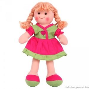 Adorable poupée de chiffon Molly est gaie et colorée, idéale pour faire des câlins, elle porte une jolie tenue et est appelée à devenir très vite ta meilleure amie ! Taille 28 cm.