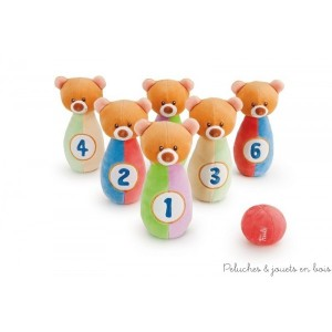 Un jeu traditionnel de bowling revisité pour les bébés ! Ce charmant Set bowling ourson gai et coloré est conçu avec l'objectif d'affiner la coordination et les capacités manuelles de bébé. Balle et quilles avec une fonction hochet. Taille 19 x5 cm Lavable à 30° Livré avec sa boite Trudi