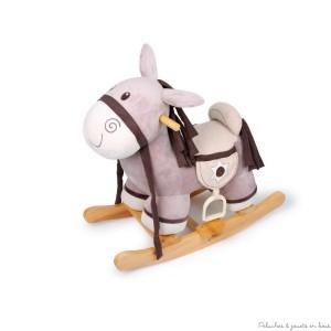Ce petit cheval à bascule en textile extra doux sur un support solide promet de belles promenades. A la selle se trouvent 2 sacoches pour les victuailles, les oreilles crépitent gaiement quand on les pousse, et une étoile en textile avec bouton aimanté donne des allures de shérif au cavalier ! Dimensions . 63 x 52 cm