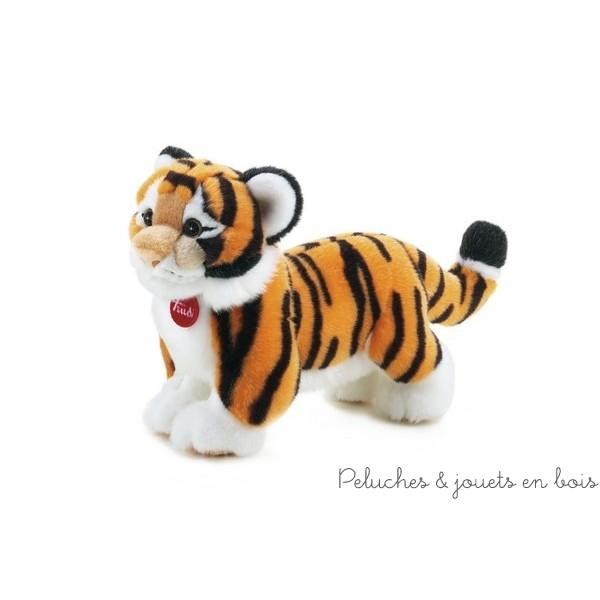 Le tigre Sacha en peluche est réalisé avec une touche de sympathie et de douceur. Il est fabriqué à partir de matériaux souples et de haute qualité qui permettent de travailler avec beaucoup de précision et de reproduire fidèlement chaque détail.