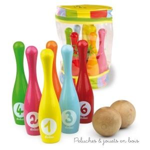 Un set de 6 quilles bowling en bois laqué et deux boules en bois dans un sac à poignée fabriqué en France par Vilac. A partir de 3 ans+