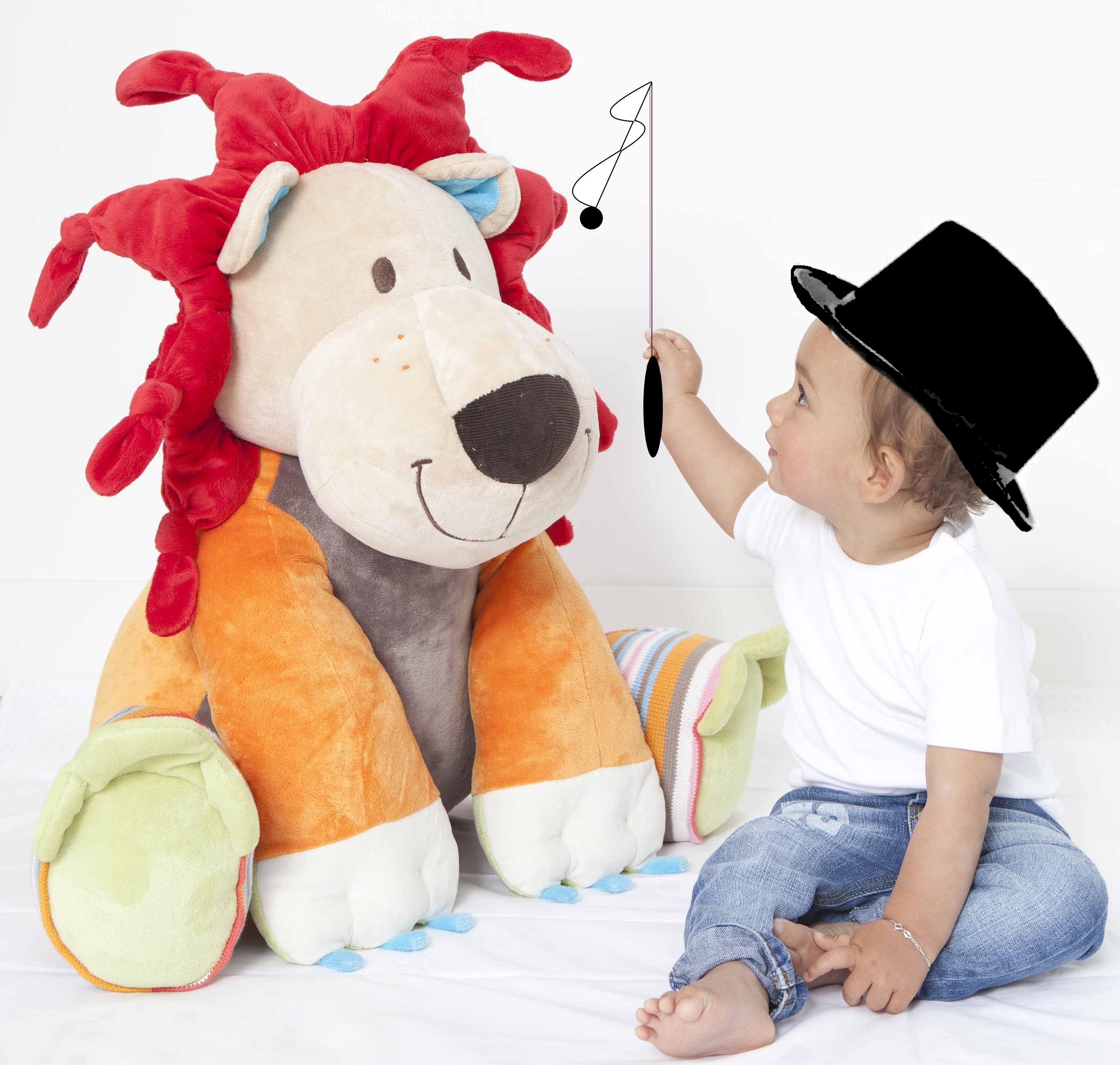 """Vadim est un petit dompteur de LARS le lion, le peluche géante de Happy Horse - Dans la collection """"C'est quoi ce cirque"""" Lars le lion de 60 cm de la marque Happy horse. A partir de 0m+"""