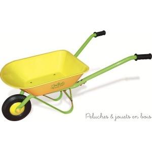 Cette jolie brouette jaune en métal fera le bonheur des petits jardiniers en herbe. Longueur 70 cm.