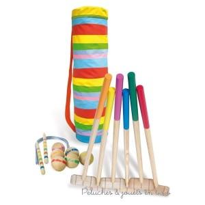 """Cet ensemble de croquet en bois pour 6 joueurs est fabriqué en France et comprend 6 maillets de couleurs différentes, 6 boules de couleurs différentes, 2 piquets pour marquer le départ et l'arrivée et 10 arceaux. Le tout facile à transporter et à ranger dans un """"sac de golf"""" multicolore avec bandouillère. Longueur du sac 85 cm"""
