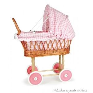 Un très joli landau vichy rose au charme d'autrefois, signé Egmont Toys.Tout en osier et bois sauf les roues, très aisé à manier, il sera parfait pour promener les poupées et poupons comme une vraie maman! Taille 50 x 28 x 58