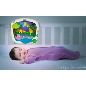 Une veilleuse jour et nuit présentant des scénettes qui incitent bébé au repos. En mode nuit, bébé se détend avec un lever de lune et des étoiles scintillantes. En mode jour, bébé admire le lever d'un soleil brillant. A chaque mode, ses propres mélodies et mouvements apaisants. Jusqu'à 20 minutes de musique au volume réglable avec 5 niveau d'intensité sonore. Possibilité de fixer la veilleuse aux lits à barreaux et lit parapluie. Taille 21 x 25 x 8 cm
