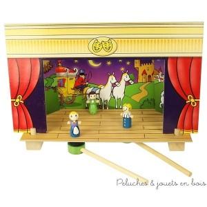 Un très joli petit théatre magnétique en bois et carton épais permettant avec ses 15 personnages en bois et ses 4 décors de raconter les contes célèbres des 3 petits cochons, du Petit Chaperon Rouge, de Cendrillon ou encore de Pinocchio. Dimensions 25 X 34 cm