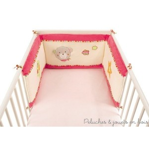 Doux rêves au programme avec ce tour de lit ours Holiday de la marque BabySun qui fera du lit de bébé un cocon rassurant et bien douillet. Soufflets de 5 cm pour l'adapter aux lits 60 x 120 cm et 70 x 140 cm.