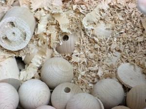 Les jouets Vilac sont fabriqués en bois de hêtre, issu des forêts de Franche-Comté, sont-ils toujours parfois réalisés en bois de charme comme au tout début en 1911 ?