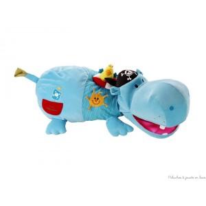 Arnold est un hippopotame d'activité géant en forme de mini pouf, destiné à ranger les plus grands trésors et les petits objets. Favorise l'éveil des sens par différents sons, couleurs et matières. Avec des hochets dont un détachable, un miroir, une immense bouche range secret, une pochette et des activités qui font un bruit de papier. Dimensions  93 x 40 cm. Lavable en surface.