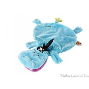 L'hippopotame est transformé en un doudou doux et câlin. Cette marionnette toute douce prend vie dès que maman glisse sa main dedans. 100% polyester lavable en machine à 30° cycle délicat. Dimensions 33.5 x 24 cm. Normes CE EN71
