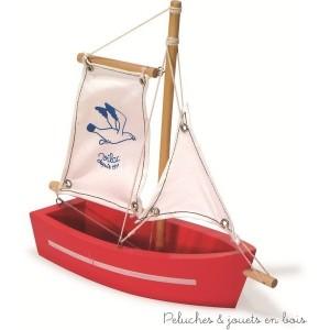 une barque à voile en bois rouge signée Vilac à partir de 3 ans+