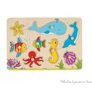 Premier puzzle à encastrer à l'aide d'un gros bouton pour faciliter la préhension par les petites mains sur le thème du monde sous-marin avec 8 pièces de bois gaies et colorées de la marque Goki. Dès 2 ans. Taille 30 x 21 cm