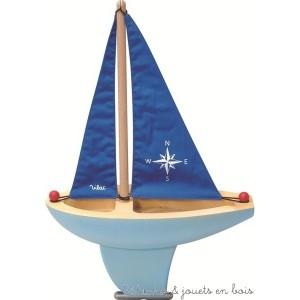 Ce grand voilier bleu en bois made in France fait partie des jouets indémodables et uniques qui font rêver toutes les générations.