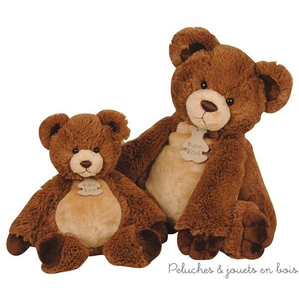 """Dans la collection"""" les tendances """" cet adorable Papouill'ours en peluche de 40 cm (grand modèle sur la photo) très doux au toucher et très expressif sera très apprécié des petits comme des grands et le compagnon de leurs plus belles émotions. Il sera aussi un magnifique cadeau de naissance pour décorer la chambre de bébé. Normes CE"""