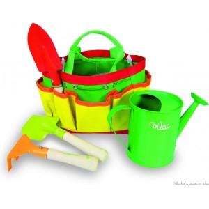 un sac de jardinier avec tous ses accessoires,  comprend un râteau, une pelle, une binette ainsi qu'un arrosoir dans un petit sac à poignée ;