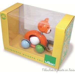 Quand tu promènes Woodies Teddy à trainer, le ballon tourne dans tous les sens ! Jouet en bois massif laqué, fabrication française Dimensions du produit : L = 13 cm Normes Européennes EN71