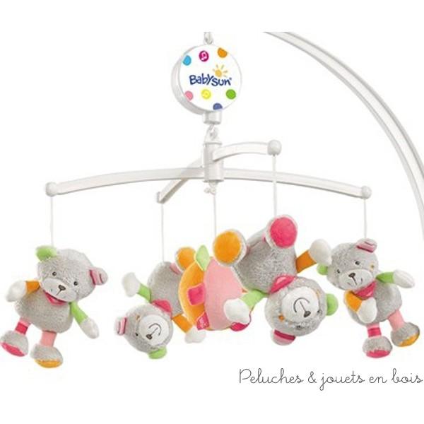 Regarder les personnages tourner, écouter la musique apaisante, ce mobile musical ours Holiday est idéal pour éveiller les sens de bébé dès sa naissance, le calmer et l'endormir. La boite à musique est mécanique et peut-être arrêtée à tout moment grâce à son système de frein. Tous les sujets en velours peuvent être détachés pour devenir 5 jouets séparés. Taille 50 x 50 x 35 cm Normes CE EN71