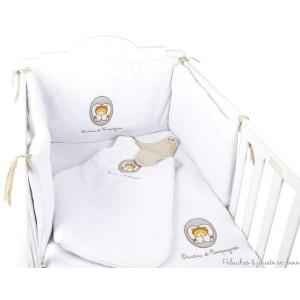 """Le tour de lit est d'une incroyable douceur, il crée un cocon rassurant et douillet pour bébé. Lavable en machine à 30° Dimensions : 40 x 80 cm. La couverture et la douillette du même tendre ours blanc sont disponibles dans la  collection intitulé """"Graine de doudou"""", qui est une collection aux couleurs naturelles et aux motifs brodés. Normes CE. Conditionnement : cintre"""