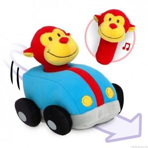 Une douce voiture en tissus à rétrofriction avec un sympathique conducteur amovible singe qui produit de joyeux tintements lorsqu'il est secoué. La voiture peut avancer de près de 4 mètres toute seule lorsque son système est complètement activé ! Taille 11 x 13 cm Normes CE EN71