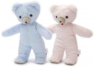 L'ours Toinou bleu ou rose pastel de la marque Les Petites Marie 33 cm, est de fabrication Française, livré dans une très jolie boite en bois pour un cadeau apprécié. A partir de 0m+