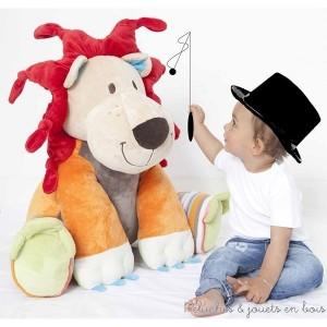 """Dans la collection """"C'est quoi ce cirque"""" Lars le lion de 60 cm de la marque Happy horse. A partir de 0m+"""