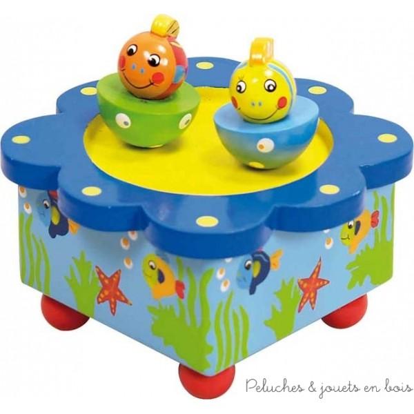 Cette Boîte à Musique magnétique poissons est en bois de coloris vifs et multicolores. Elle fera un adorable cadeau. Tournez le mécanisme et regardez les deux petits poissons danser au son de la musique. Cette boite à musique décorera la chambre de nombreuses années. Dimensions 10 x 10 cm. Système musical avec remontoir. Normes CE.