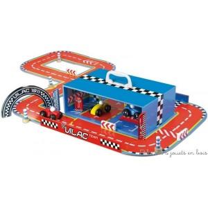 Une valise très astucieuse qui s'ouvre et se ferme avec des aimants. Elle contient de nombreux accessoires en bois massif et des rails qui permettent de créer tout l'univers d'un grand circuit de course avec stand mécanique, pompe à essence, 3 voitures numérotées  mais aussi une multitude de variantes pour les différents circuits possibles. Une fois terminé le jeu peu se ranger et se transporter dans la valise. Taille de la valise : 30 x 10 x 20cm. Dimensions d'un des circuits : 90 x 60 cm.