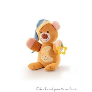 Cette ravissante peluche musicale et lumineuse dodo ours est un ami tendre et affectueux pour bercer bébé dans le monde des rêves. Il suffit d'appuyer sur son ventre et le mécanisme camouflé à l'intérieur se déclenche avec une agréable mélodie. Une berceuse apaisante et des lumières ténues se diffuseront. C'est un article parfait pour réconforter bébé: il est aussi doté d'un anneau de dentition et d'une capuche moelleuse qui sert de doudou. Lorsque le dispositif musical est retiré, la peluche peut être lavée en machine à 30° Livré avec sa boite Trudi Normes Européennes EN71