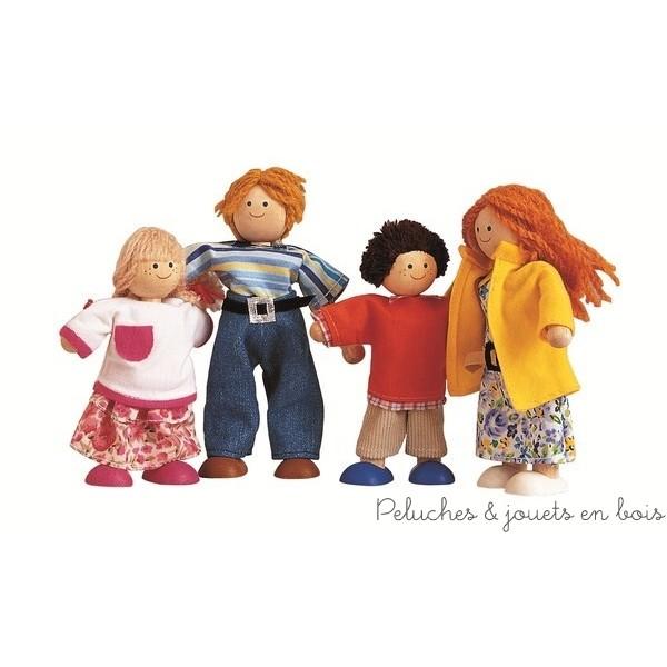 Une famille moderne dont les personnages sont articulés au niveau des bras et des jambes, ils peuvent donc se plier et bouger selon le désir des enfants. Ils sont habillés de vêtements colorés. Boite 18,8 x 7,5 x 23 cm Normes CE EN71