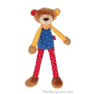 Un drôle de hochet ours garanti jamais ennuyeux ! Doux personnage ludique dans une forme longue idéale pour l'attraper facilement et la découvrir. Avec pouët-pouët. Matériel de dessus : coton, peluche en microfibre. Bourrage : ouate de polyester Lavable à 30 °C; Normes CE EN71; 30 x 8 x 7 cm