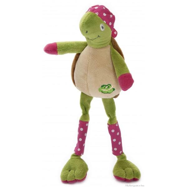 Manue la tortue de la marque Les Petites Marie. Toute douce avec ses longues pattes et son foulard à pois rose. Livrée en boîte cadeau en bois. A partir de 0m+