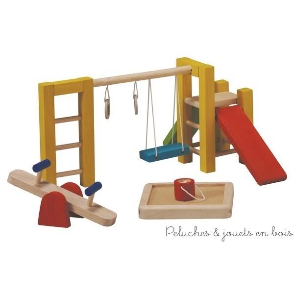 Une aire de jeux en bois d'hévéa labéllisé FSC, accessoire pour maison de poupée de la marque bio-éco-responsable Plantoys. A partir de 3 ans+
