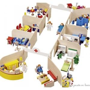 Un grand hôpital pour poupées avec ses huit pièces entièrement meublées, onze poupées articulées et de nombreux accessoires, de la marque Goki. A partir de 3 ans+