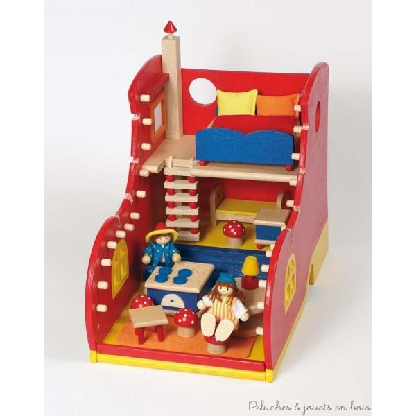 Une maison de poupée en forme de chaussure en bois avec accessoires, meubles et 2 poupées articulées, de la marque Goki. A partir de 3+