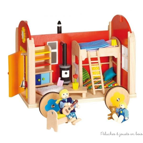 Cette adorable roulotte en bois comprend 23 éléments en bois, des meubles et divers accessoires charmants. Le toit, la façade et la porte s'ouvrent pour permettre d'évoluer à l'intérieur, ses roues sont équipées de caoutchouc pour la pousser ou la tirer sans bruit ! La roulotte est livrée sans poupées. Vous trouverez dans notre sélection tout le nécessaire pour lui trouver des habitants (poupées de la photo sont de la famille moderne) Taille 34,5 x 28,5 x 28,5 cm.