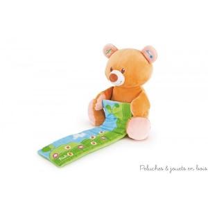 Cet ourson joyeuse symphonie est une peluche très douce, idéal pour développer la sensibilité musicale de bébé. Il tient sur son ventre un petit clavier enroulé et les notes sont cachées parmi les marguerites du champ, de plus en appuyant sur son oreille gauche l'ourson jouera 8 différentes mélodies ! En essayant de jouer de cette façon, jour après jour bébé développera ses capacités logiques et manuelles. Taille 28 cm Livré avec sa boite Trudi