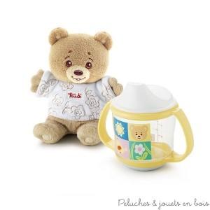 Pour séduire bébé dès les premiers jours de sa vie cet adorable coffret cadeau comprend un joyeux petit ours en peluche vêtu d'un teeshirt, ainsi qu'une tasse anti-fuite munie de deux poignées pour une bonne prise en main et un fond anti-glisse. En retirant le couvercle elle se trasforme en gobelet. L'ensemble est présenté en boite cadeau. Taille de l'ours 15cm Diamètre de la tasse 8cm. Sans bisphénol A. Livré avec sa boite Trudi Normes Européennes EN71