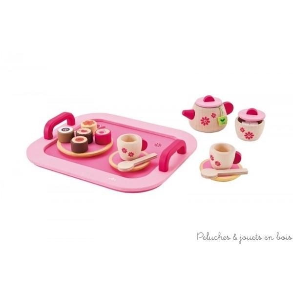 Un magnifique petit plateau à thé rose au motif raffiné avec tous les accessoires de la pause goûter : théière avec sachet de thé, tasses sous tasses et petites cuillères, un sucrier et un assortiment de petits gâteaux sur plateau ! Normes CE EN71 22 pièces, Dimensions : 27 x 23 cm