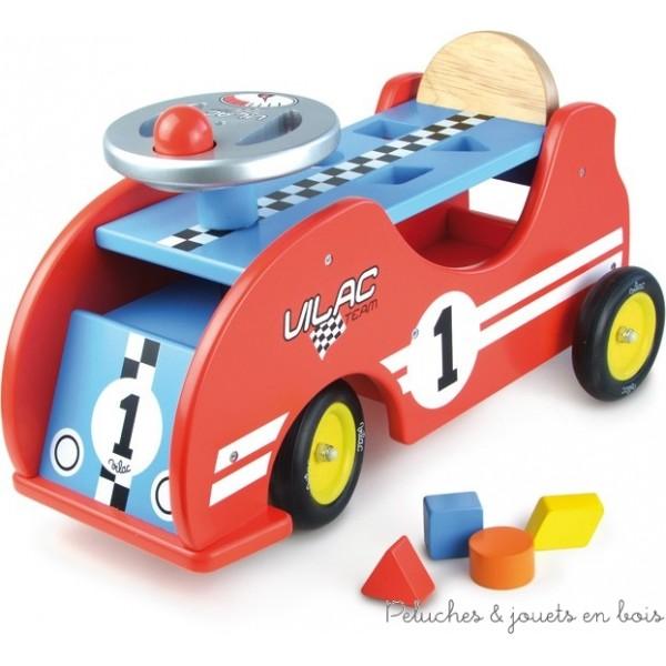 Un porteur voiture de course de la marque Vilac avec une boite à forme dans l'assise, un pouet sur le volant et un grand coffre sous l'assise pour transporter les jouets préférés de bébé. A partir de 1 an+
