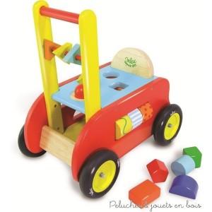 Porteur, pousseur, et chariot d'activités : Trois en un pour ce chariot à pousser en bois, qui devient un porteur au fil du développement de l'enfant. De nombreuses activités qui permettent de développer la préhension, la logique et la dextérité. Ensemble signé Vilac pour les 1 an+