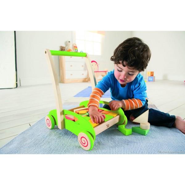 Un chariot de marche en bois avec des cubes en couleur signé Hape, permet à bébé de jouer et de faire ses premiers pas en toute sécurité. 1 an+